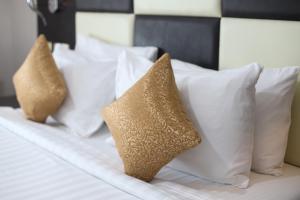 Cama ou camas em um quarto em Awaliv Suites