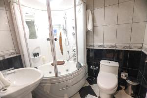 Um banheiro em Awaliv Suites