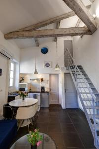 A kitchen or kitchenette at Duplex des 13 Cantons
