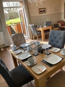 A restaurant or other place to eat at Shorelands B&B