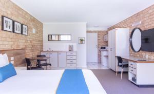 A kitchen or kitchenette at Sunshine Coast Motor Lodge