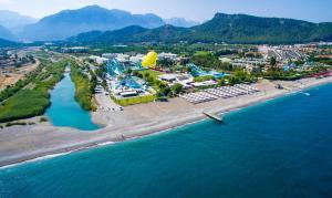 Een luchtfoto van Daima Biz Hotel