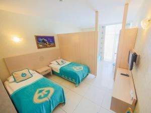 Een bed of bedden in een kamer bij Daima Biz Hotel