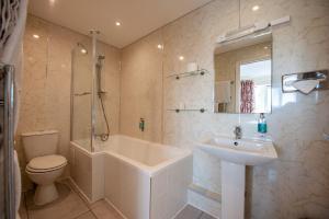 A bathroom at Oakside Lodge