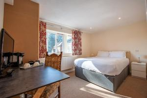 A bed or beds in a room at Oakside Lodge
