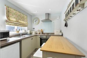 A kitchen or kitchenette at Acorn Cottage