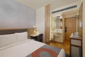 A bed or beds in a room at Holiday Inn Express Ahmedabad Prahlad Nagar, an IHG Hotel