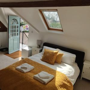 A bed or beds in a room at White Horse Inn