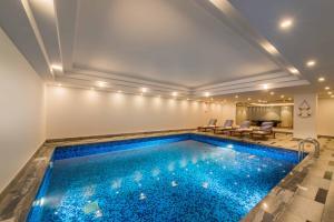 المسبح في عابر الياسمين أو بالجوار