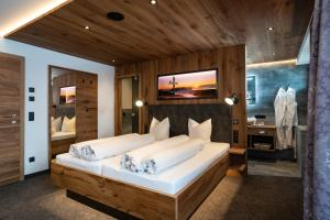 Ein Bett oder Betten in einem Zimmer der Unterkunft Hotel Huber Hochland