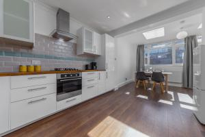 A kitchen or kitchenette at Flourish Apartments - The Avenue - Tottenham
