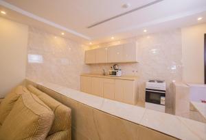 A cozinha ou cozinha compacta de Al Jawharah Al Awla