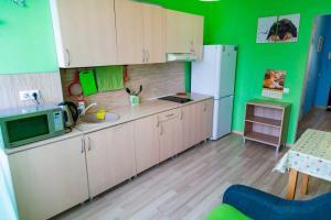 Кухня или мини-кухня в Apartments na 1 Maya 278