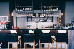 The lounge or bar area at Eyja Guldsmeden Hotel