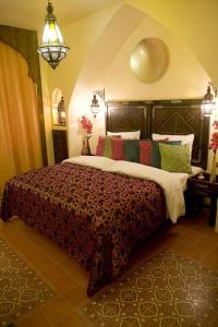 A bed or beds in a room at Hotel Villa Oriental & Restaurant