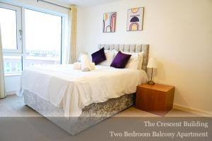 A bed or beds in a room at Gunwharf Quays Apartments