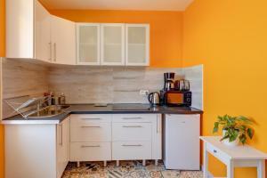 A kitchen or kitchenette at Le petit Malmousque