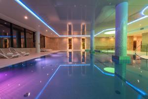 Vestina Wellness & SPA Hotelの敷地内または近くにあるプール