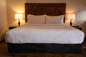 A bed or beds in a room at A Bear and Bison Country Inn