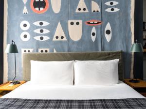 Een bed of bedden in een kamer bij Ace Hotel New York