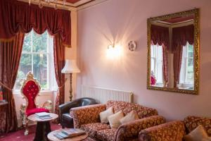 A seating area at OYO Wentworth House Hotel