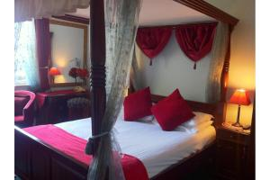 A bed or beds in a room at OYO Wentworth House Hotel