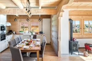 Restauracja lub miejsce do jedzenia w obiekcie Willa Pitoniówka z sauną, Netflix oraz Xbox one