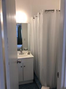 A bathroom at Aibonito Hotel 205