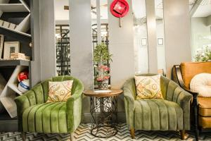 A seating area at Hanoi Center Silk Hotel & Travel