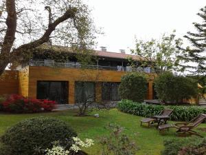 A garden outside Apartamentos Casona de la Paca