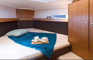 Un pat sau paturi într-o cameră la Bavaria 46 Cruiser