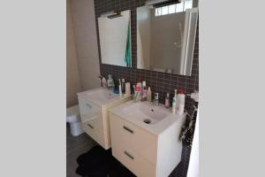 A bathroom at Casa Moderna en Fanzara, Castellón, pueblo MIAU