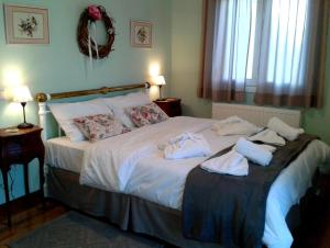 A bed or beds in a room at Garitsa Bay Apartment