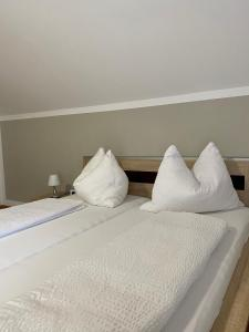 A bed or beds in a room at Haus Dietrich am Red Bull Ring