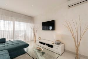 A television and/or entertainment centre at Urban Luxury Apartment