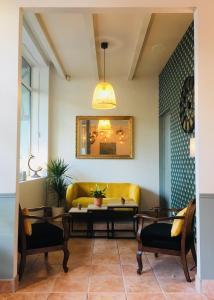 A seating area at Brit Hotel Acacias