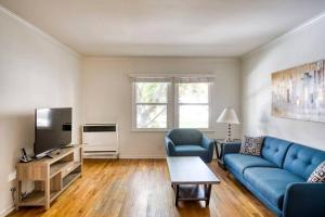 A seating area at Stay Gia Beautiful 1 Bedroom Apartment Near LAX