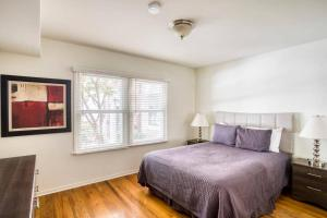 A bed or beds in a room at Stay Gia Beautiful 1 Bedroom Apartment Near LAX