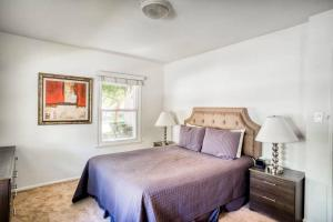 A bed or beds in a room at Stay Gia Modern 2 Bedroom Apartment Near LAX