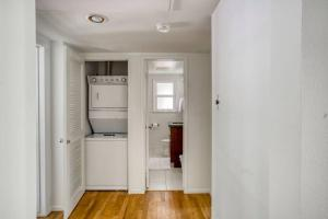 A bathroom at Stay Gia Modern 2 Bedroom Apartment Near LAX