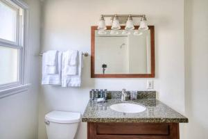 A bathroom at Stay Gia Modern 1 Bedroom Apartment Near LAX