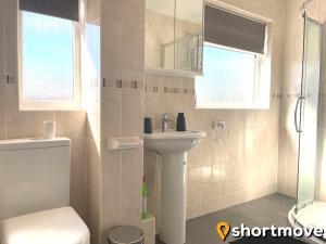 A bathroom at SHORTMOVE - Close to UHCW, Sleeps 7, Parking, Contractors