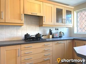 A kitchen or kitchenette at SHORTMOVE - Close to UHCW, Sleeps 7, Parking, Contractors