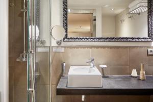 A bathroom at Sonder l Vasanta