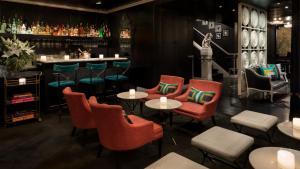 El salón o zona de bar de Maison 140 Beverly Hills
