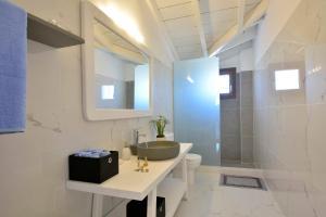 Ένα μπάνιο στο Èmar Corfu