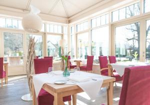 Ein Restaurant oder anderes Speiselokal in der Unterkunft Biohotel Schlossgut Oberambach