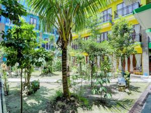 A garden outside OYO 90311 Hotel Damai