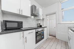 A kitchen or kitchenette at Suites by Rehoboth - Rainham Terrace - Medway