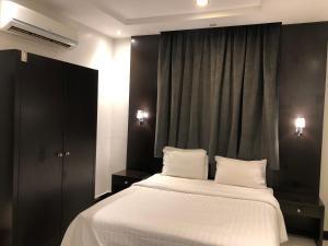 Cama ou camas em um quarto em اجنحة المسكن المثالي الفندقية